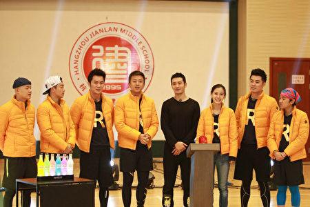 黄晓明(右四)和Angelababy(右三)在原《奔跑吧,兄弟》节目中。(FIC提供)