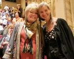 舞蹈教師Gabi Barysch-Crospie(右)和朋友Lavanya Micher於4月30日下午,觀看了神韻紐約藝術團在聖巴巴拉的格蘭納達劇院(Granada Theatre, Santa Barbara)進行的演出。(李旭生/大紀元)