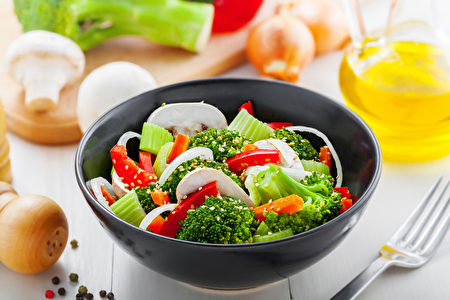 Bowl of healthy vegetarian food. Salad with broccoli, onion, mushroom, carrot and pepper.(fotolia)