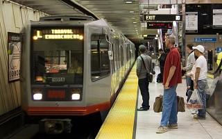 舊金山Muni地鐵分開上下車 加快速度
