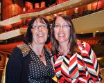 米歇尔(Michelle Petker-Lawrie)小姐(右)与皮特可(Petker)女士(左)表示,神韵说她们看到的最好的演出。(滕冬育/大纪元)