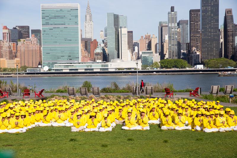 2016年5月12日,法輪功學員在紐約聯合國總部對面甘醇公園排字煉功。(戴兵/大紀元)
