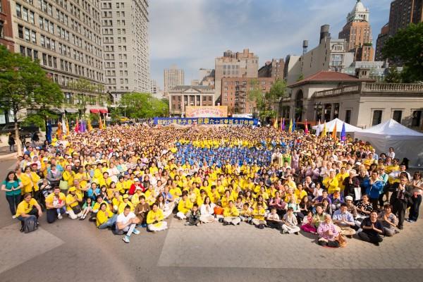 组图:纽约联合广场庆祝第17届法轮大法日