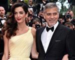 乔治.克鲁尼(右)携爱妻一起亮相首映礼红毯。(Pascal Le Segretain/Getty Images)