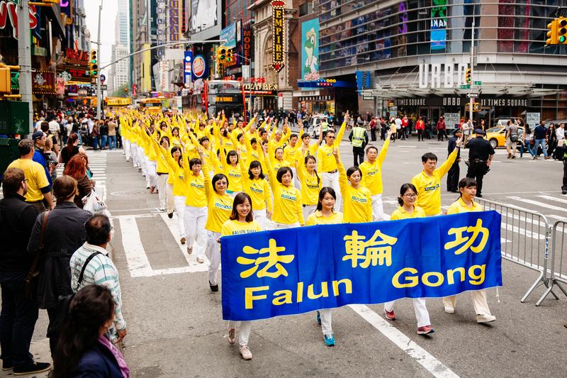 Học viên Pháp Luân Công diễu hành trên đường phố