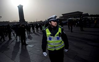 最近,公安連爆枉法事件,包括雷洋致死案、西安大學生被打屁股案。5月20日,習近平主持深改組會議,其中審議通過深化公安執法規範意見。圖為,2016年3月5日,中共兩會北京人民大會堂外。 (FRED DUFOUR/AFP/Getty Images)