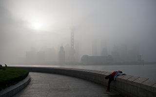 5月23日,上海官方对外公布准备对上海市交通委员会派驻纪律检查组组长,而江泽民的次子江绵康曾任上海城乡建设和交通委员会巡视员。图为,2016年4月13日,上海黄浦江边的陆家嘴金融区。 (JOHANNES EISELE/AFP/Getty Images)