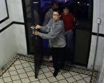 白东宝在录像中首当其冲,带头进入受害者所住的公寓,意图行窃。 (大纪元资料照)