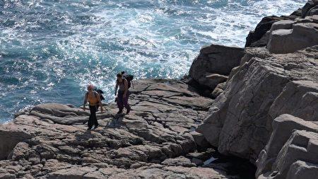 台湾东北角龙洞攀岩场,吸引不少国内外人士来攀岩。(吴惠君/大纪元)