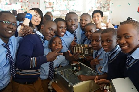 坦尚尼亚团孩童学习认识电脑。(清华大学提供)