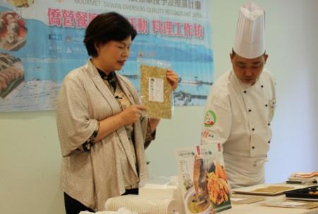 南投縣金都餐廳專長鄉土美食的廚藝總監阿宏師傅,現場示範了幾道特色菜餚的調製。(何伊/大紀元)
