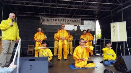 德国吕嫩市文化节,法轮功学员在舞台上进行功法展示(明慧网)