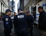 根据媒体报导,数千名纽约客接到纽约市警察局的通知,他们的名字被恐怖份子列在攻击目标清单。图为纽约市警察2016年3月在时代广场执行勤务。(KENA BETANCUR/AFP/Getty Images)