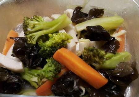 凉拌红萝卜、川耳、杏鲍菇、嫩姜、青花菜、辣椒就是夏季一道清爽的养生菜。(图片/杨美琴提供)