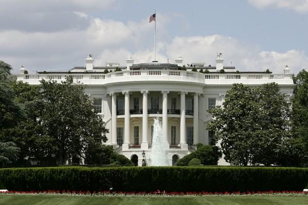 11月10日,美國新當選總統川普和未來第一夫人梅蘭妮亞前往白宮,和現任總統歐巴馬及第一夫人米歇爾會面。(Alex Wong/Getty Images)