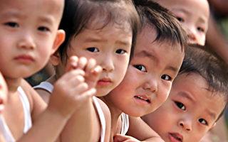 """中共1979年强制执行的""""一胎化""""政策在去年底划下句点,今年1月1日开始,中国夫妻可以养育第2名小孩。(AFP)"""