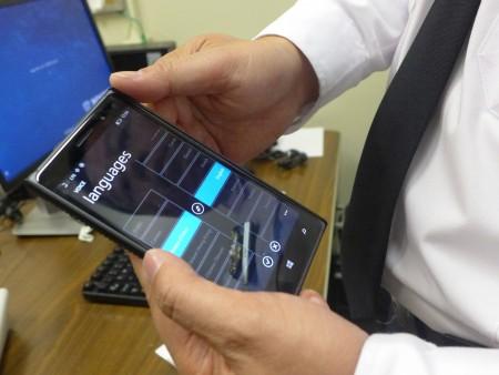 吳銘恒展示手機上的語言翻譯軟件。