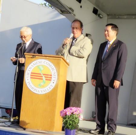 越戰41載,海外越裔人士舉行追弔會控訴越共罪行。右一為紀念會主辦人胡佛醫師,中間為波莫納市長Elliott Rothman。(袁玫/大紀元)