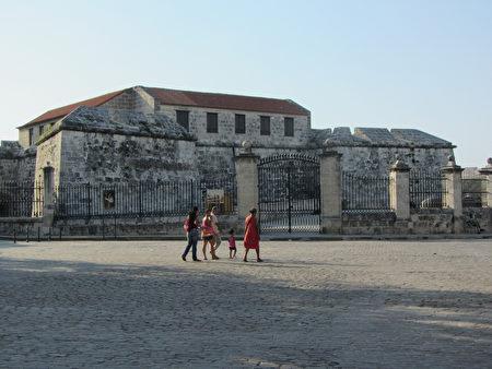 武器廣場在拉富埃爾薩城堡的背面,廣場周圍有不少舊書攤,有時還有當地手工藝品出售。(courtesy of jodastephen)