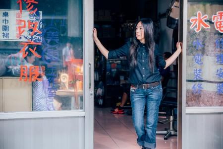 歌手万芳客串《滚石爱情故事》经典情歌《新不了情》单元。(公视提供)