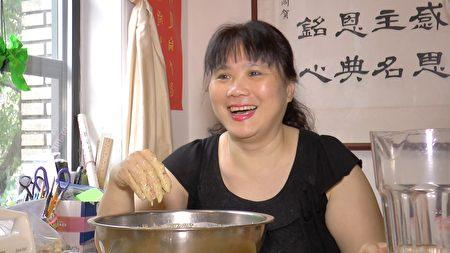 郭惠恩向記者介紹做蛋糕的方法。