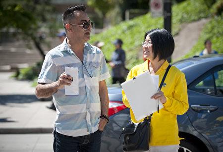 2016年5月8日,溫哥華藝術館前,法輪功學員向路人講真相。(攝影:大宇/大紀元)