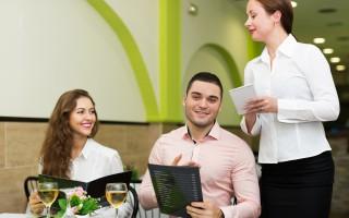 各州逐步开放经济 美国人开始去餐馆用餐