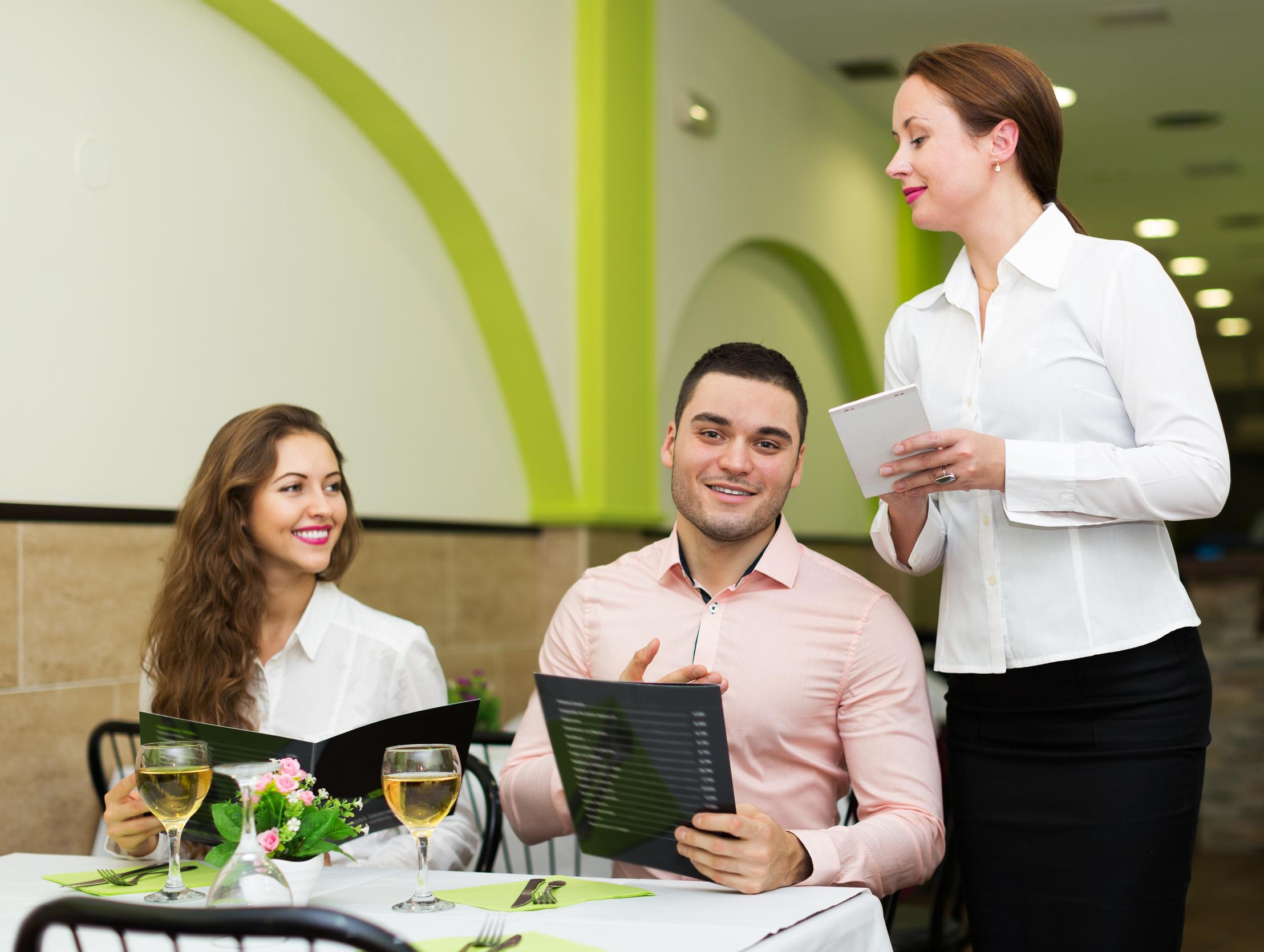 各州逐步開放經濟 美國人開始去餐館用餐