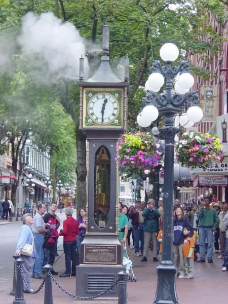 温哥华煤气镇的地标-蒸汽钟,每15分钟冒一次气(Leonard G./wikipedia)