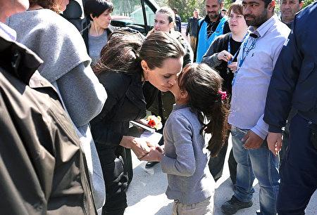十多年來,朱莉一直以親善大使和特使的身份,與聯合國難民事務高級專員一同從事人道主義工作。(STR/AFP/Getty Images)