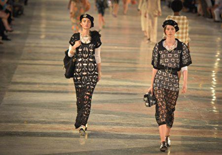 2016年5月3日,法国品牌香奈儿首次在古巴首都哈瓦那举办时装秀,带来古巴风情时装。(ADALBERTO ROQUE/AFP/Getty Images)
