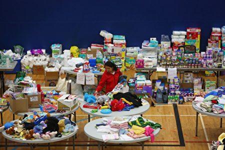 加拿大阿尔伯塔省油砂区野火肆虐,8.8万人疏散。图为捐赠的物资。(COLE BURSTON/AFP/Getty Images)