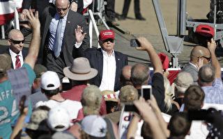 5月7日,美國共和黨總統競選人川普在華盛頓州舉行競選集會。圖中,他正在向支持者招手。( JASON REDMOND/AFP/Getty Images)