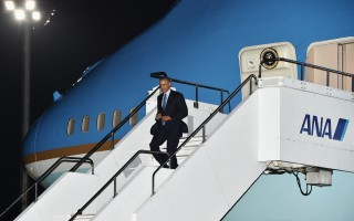 奧巴馬抵日見安倍 將至廣島原爆紀念碑獻花圈
