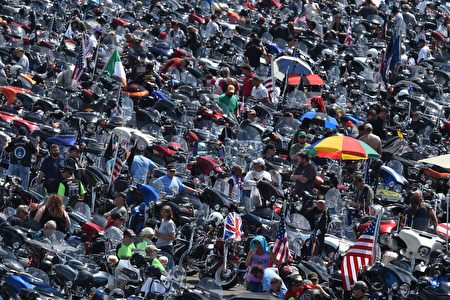 Thousands of motorcycle riders participating in the Rolling Thunder XXIX Ride For Freedom line up in the Pentagon parking lot May 29, 2016 shortly before parading through Washington, DC, to raise awareness for American Prisoners of War and warriors currently missing in action. / AFP / PAUL J. RICHARDS (Photo credit should read PAUL J. RICHARDS/AFP/Getty Images)