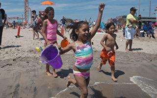 紐約遭遇高溫 康尼島海灘擁滿消暑市民