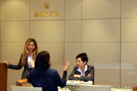 9日槍響後,隔日李興華珠寶店照常營業,並無異狀。(徐綉惠/大紀元)