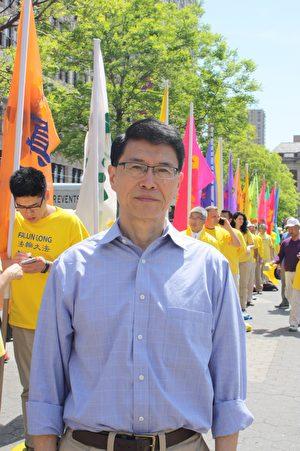 美國哥倫比亞大學政治學博士、時政評論家李天笑在5月13日世界法輪大法日活動現場。(駱亞/大紀元)