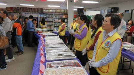 橙縣地區臺灣傳統週開幕儀式後,「臺灣傳統美食欣賞與品嚐」供不應求。(袁玫/大紀元)