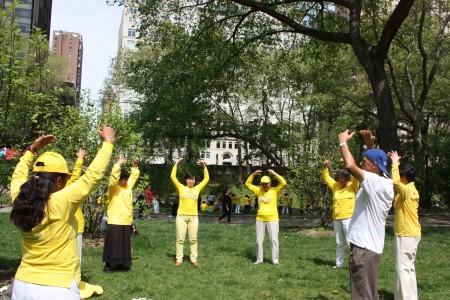 纽约中央公园法轮功分小组炼功弘法