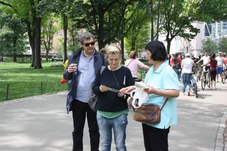来自加拿大的法轮功学员林芳在中央公园讲真相。(骆亚/大纪元)