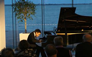 钢琴舞台上的新星 天才少年刘明和的故事