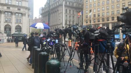 大批记者在法庭外,等待宣判结果。(柯婷婷/大纪元)