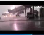 5月30日,广东揭阳机场一客机遭雷击,现场雷声阵阵,火光四射。图为事发现场。(视频截图)