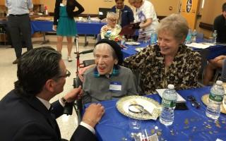 纽约七位百岁人瑞庆生日 分享长寿秘诀