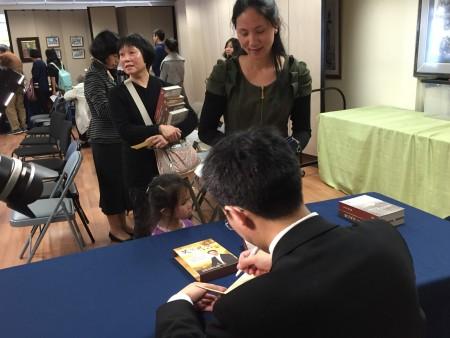 现场观众排队等候章天亮在DVD上签名。(大纪元图片)