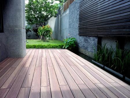 依台灣海島氣候改良的再生木,能以接近木材的質感融入環境。( 三羽建材 提供 )
