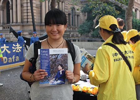正在澳洲留学的日本籍女大学生Misaki Ohashi将法轮功人权问题作为自己论文的研究课题,也来到现场搜集相关资料。(骆亚/大纪元)