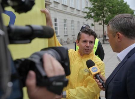 波兰知名电视台TVN记者在总统府外采访了两位法轮功学员并在当天新闻节目中播出(黄诃欧/大纪元)