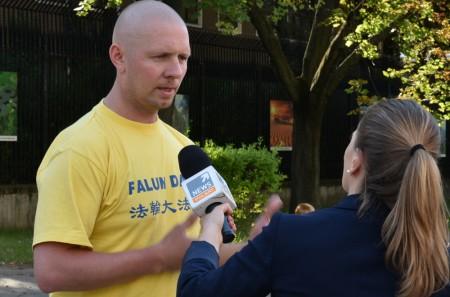 法輪功學員Piotr在接受波蘭知名電視台POLSAT的採訪。(Tomek O/大紀元)